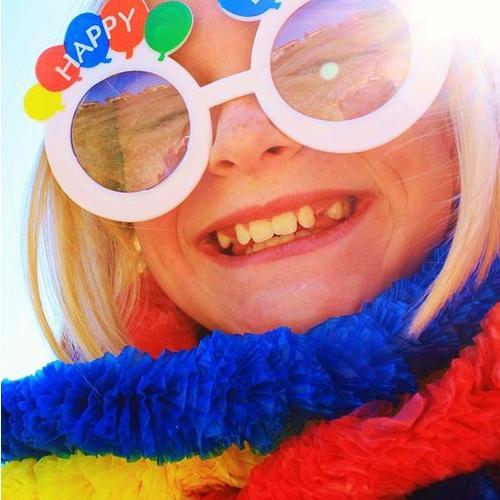 Normal_1024px-shiny_happy_birthday_girl_smiling